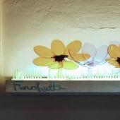 """Fiorchette  Creazione artistica luminosa della collezione """"Fiorchette"""" realizzata con tecnica mista da DanCalaMan, utilizzabile come applique da parete o appoggiata sul ripiano di uno scaffale o su una mensola.  Con questo lavoro l'autore interviene su un oggetto di uso quotidiano, utile, quale una lampada, dandogli un'impronta artistica tale da renderlo unico e duraturo e al tempo stesso capace di portare nella casa e nella vita di tutti i giorni la gioia del colore e il respiro libero della natura. Tutto questo, paradossalmente, attraverso l'impiego di oggetti """"usa e getta"""" e, in quanto di plastica, tutt'altro che naturali. L'opera assume quindi anche un significato ecologico: ciò che è destinato ad essere rifiuto viene immortalato in un contesto capace di conferire al materiale un valore anche superiore a quello di origine.  Luminous artistic creation of the """"Fiorchette"""" collection made with mixed technique by DanCalaMan. , It can be used as a wall light or placed on a shelf. With this work the author intervenes on an everyday object, useful, such as a lamp, giving artistic impression as to make it unique and durable and and at the same time able to bring into the house and into the lives of everyday joy of color and the free breath of nature. All this, paradoxically, through the use of """"disposable"""" objects and, as they are made of plastic, anything but natural. The work therefore also assumes an ecological meaning: what is destined to be waste is immortalized in a context capable of giving the material a value even higher than that of origin.  #firenzemadeintuscany #madeinitaly #uniquepieces #art #design #styles #weheartit #artenaïf #creations #handmade, #masterpiece #picture #fattoamano #composition #classy #artoftheday #artist #artsy #gallery #instaart #instaartist"""
